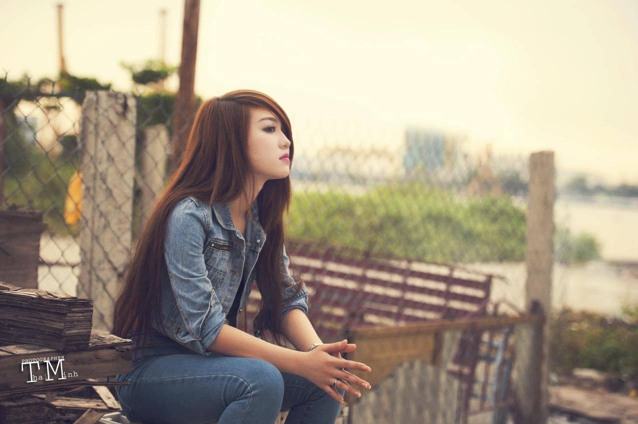 亚洲,女性,坐,看,红发,长毛,直角,亚洲,户外,牛仔裤