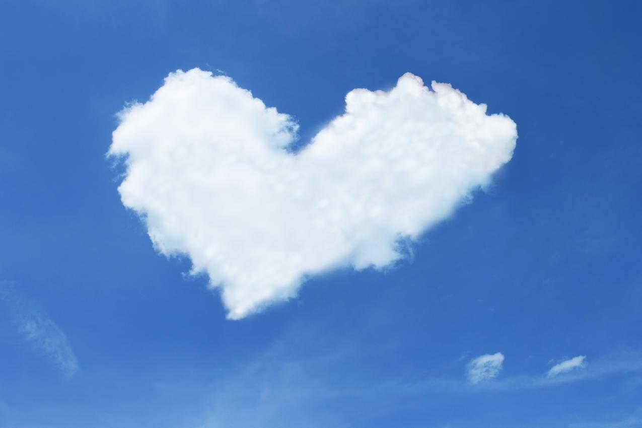 蓝天下的心型白云创意摄影4K壁纸
