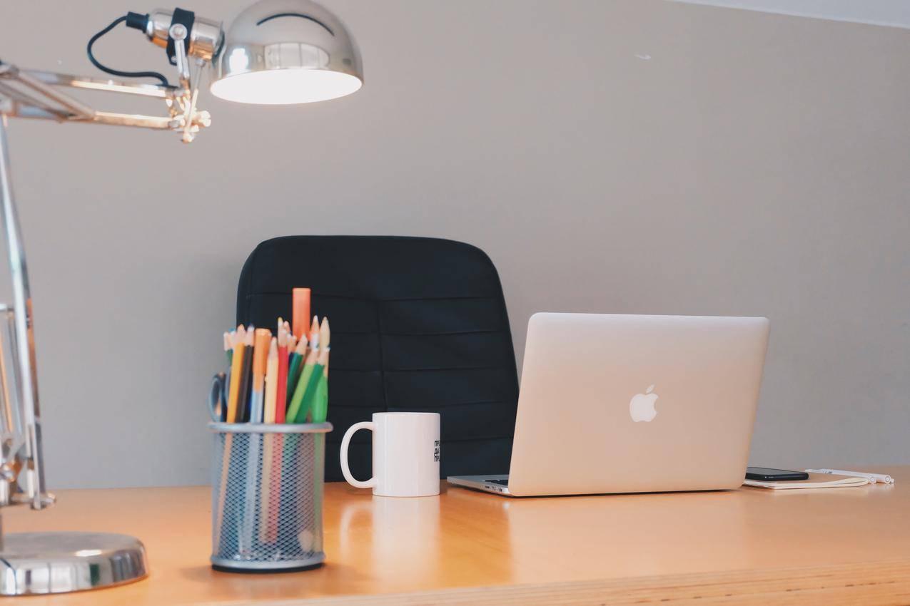 现代办公桌简约图片