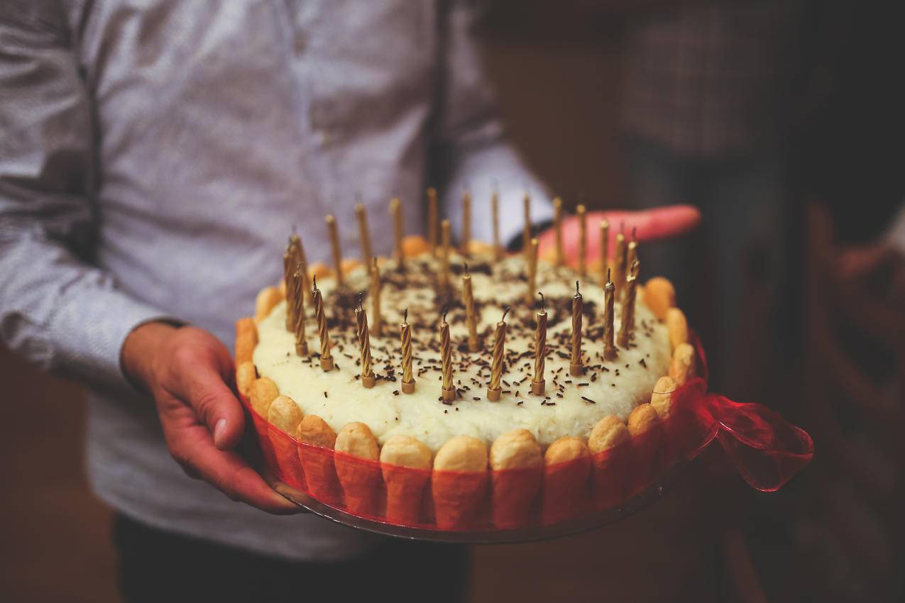 男人和39岁生日蛋糕