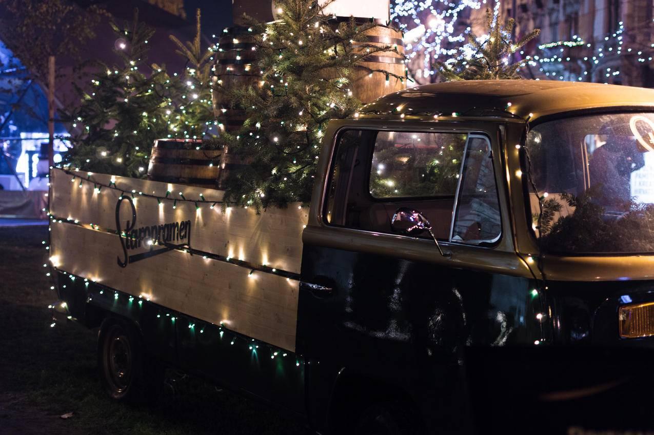 带圣诞树的棕色单司机卡车