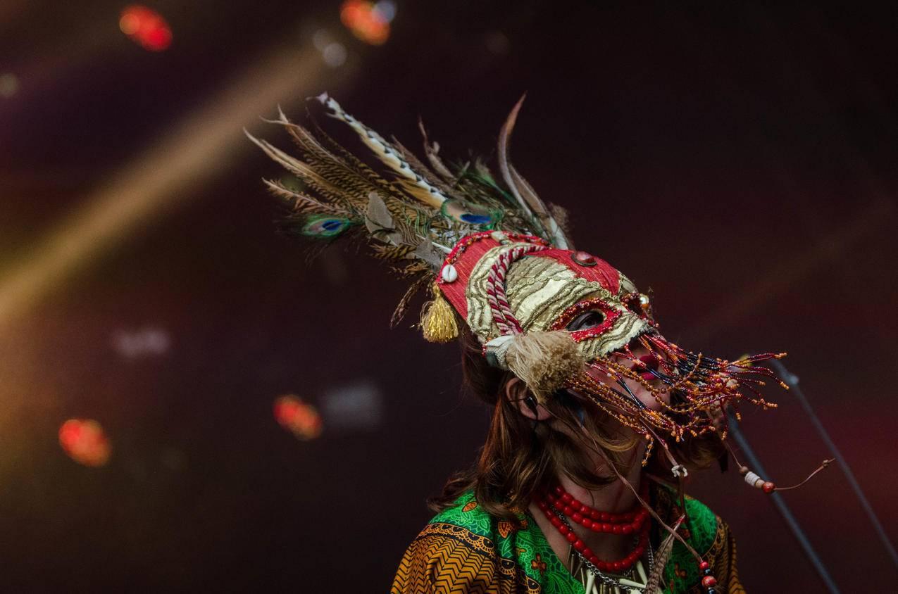 红灰色羽绒节日面具