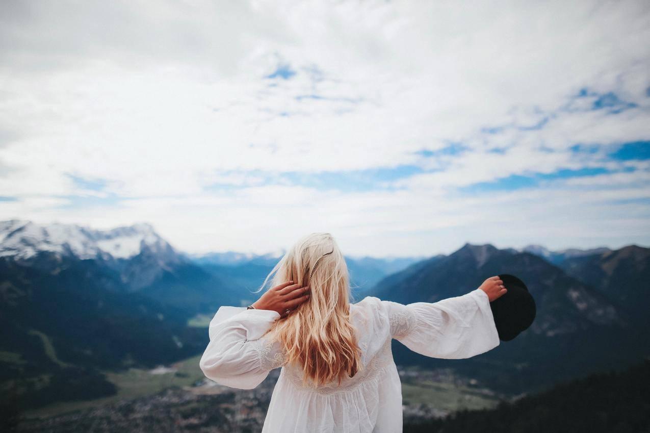 穿白色衣服的女孩穿越黑山