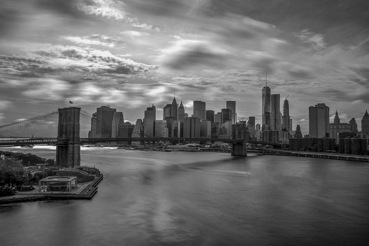 城市建筑与桥梁的灰度摄影