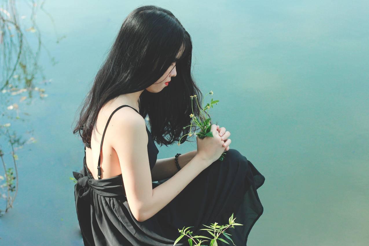 女人和39岁的黑色连衣裙高清图片