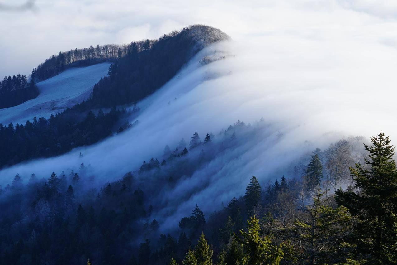 云雾缭绕的瑞士山脉,8k风景壁纸