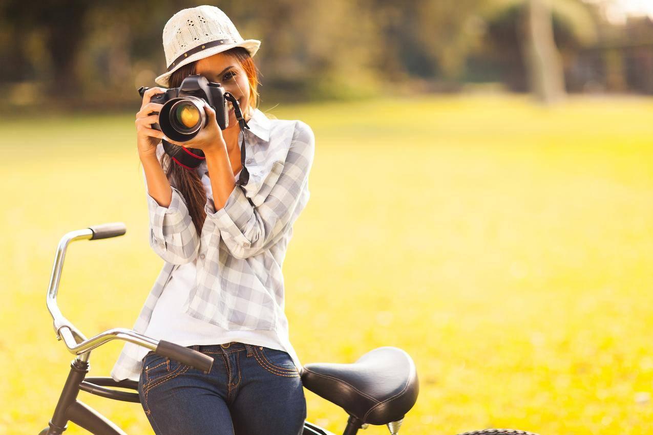 棕色头发的女孩,帽子,相机,自行车,女摄影师,7K图片