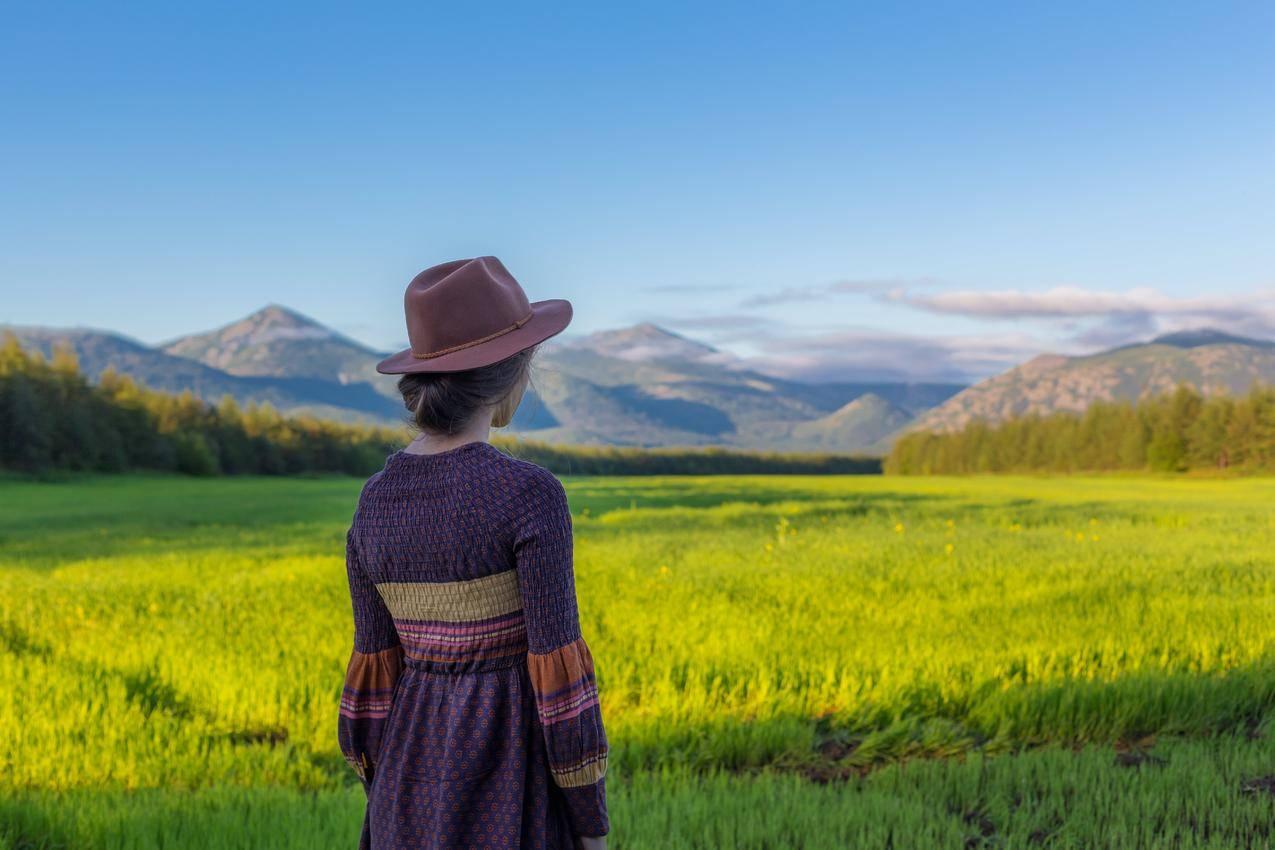 原野上的女孩风景摄影图片