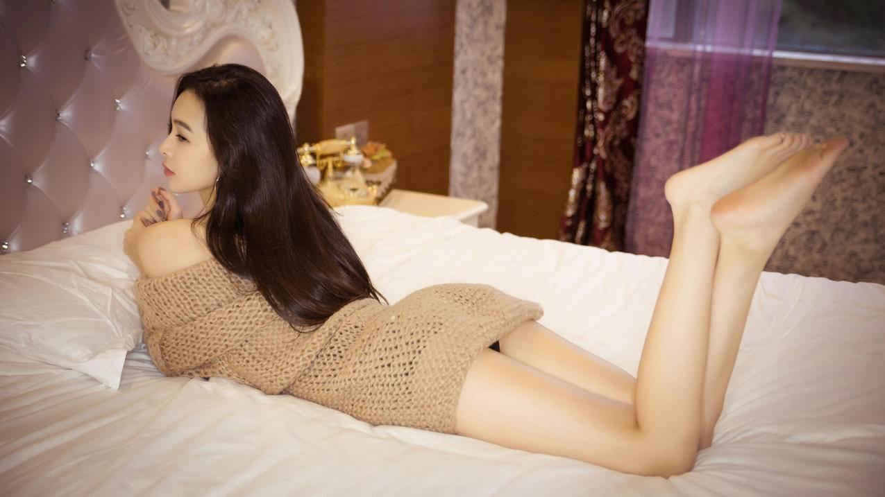 床,香肩,性感长发美女,美腿,毛衣裙,4K美女壁纸3840x2160