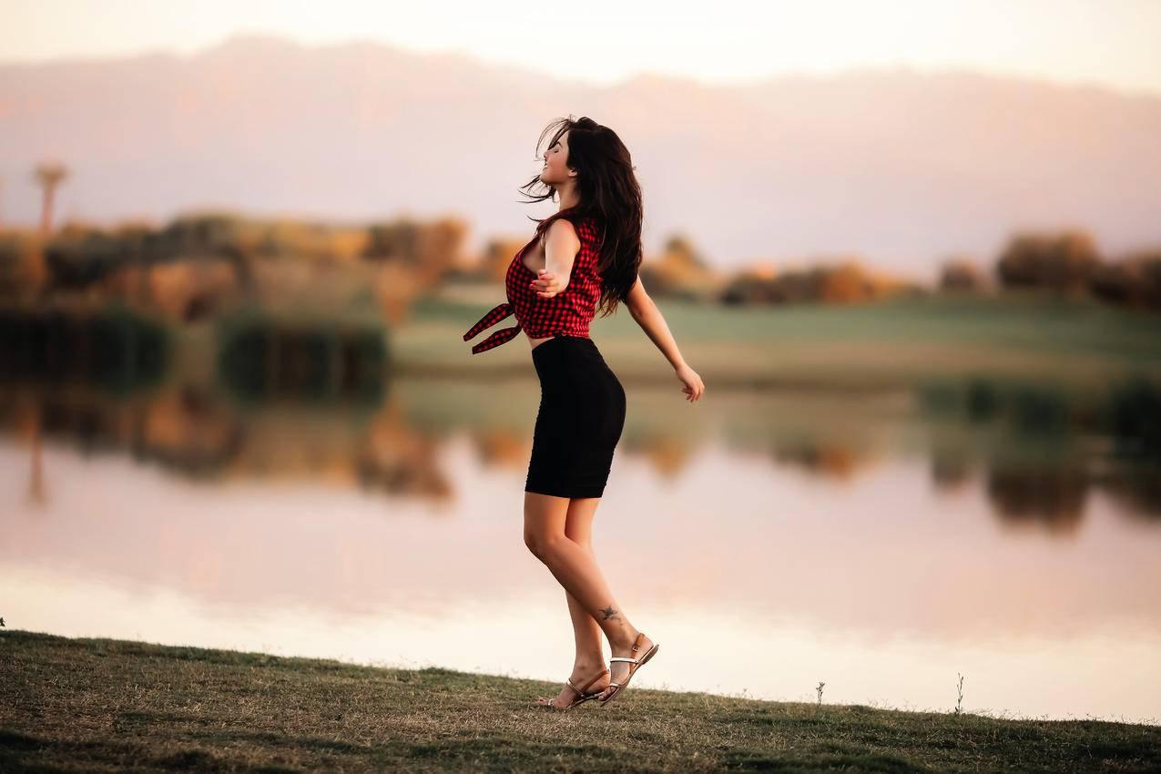 湖边舞蹈的女孩,5K美女摄影图片