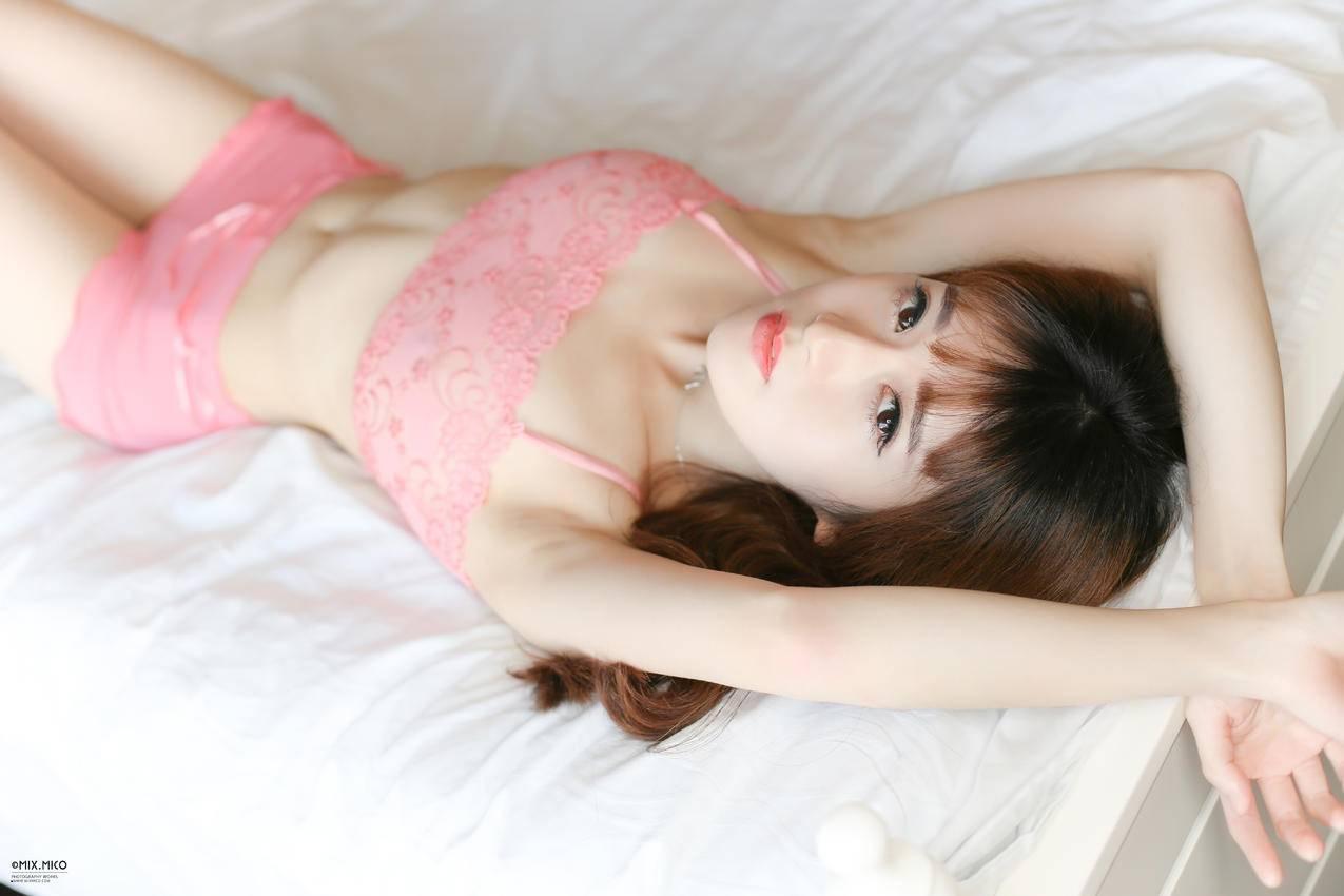 床上,粉色内衣美女,性感美女5K壁纸