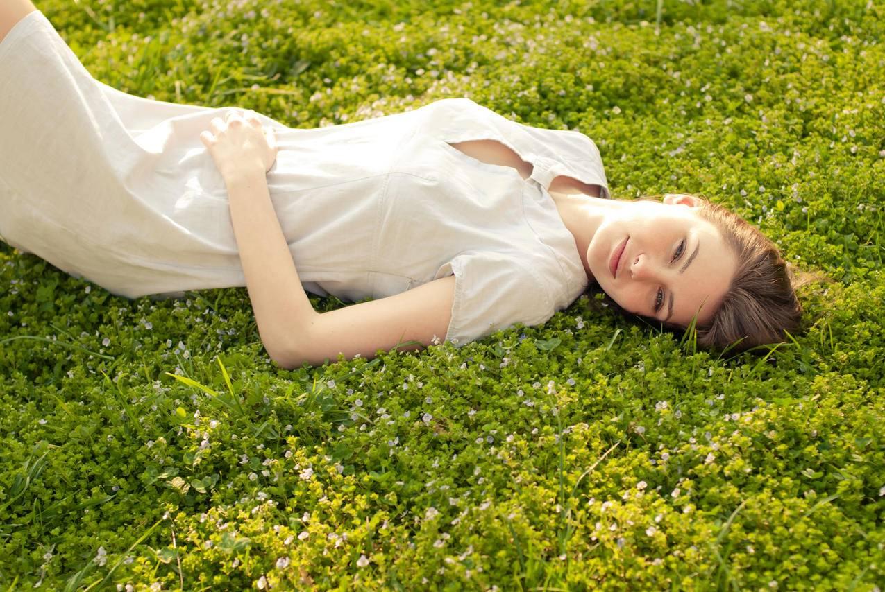 躺在草地上的美女,棕色的头发,裙子,4K美女壁纸