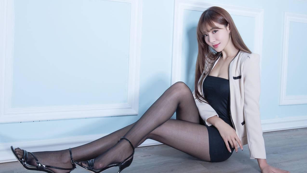 腿模Emma,黑色丝袜美腿,4K壁纸