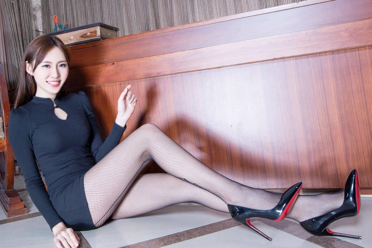 黑色连衣包臀裙丝袜美腿Queenie图片