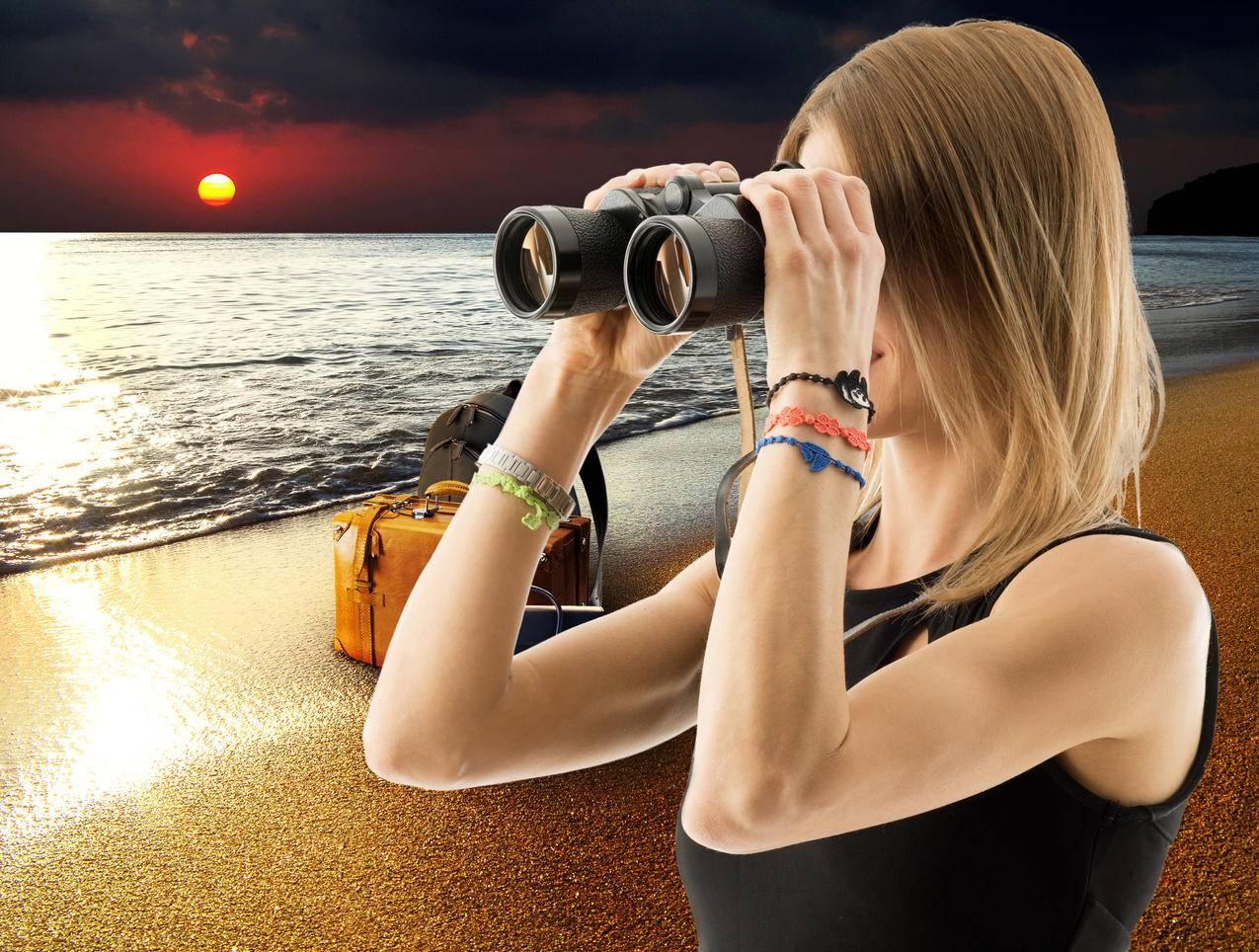 大海,海边,日落,行李箱,拿望远镜的美女4K壁纸