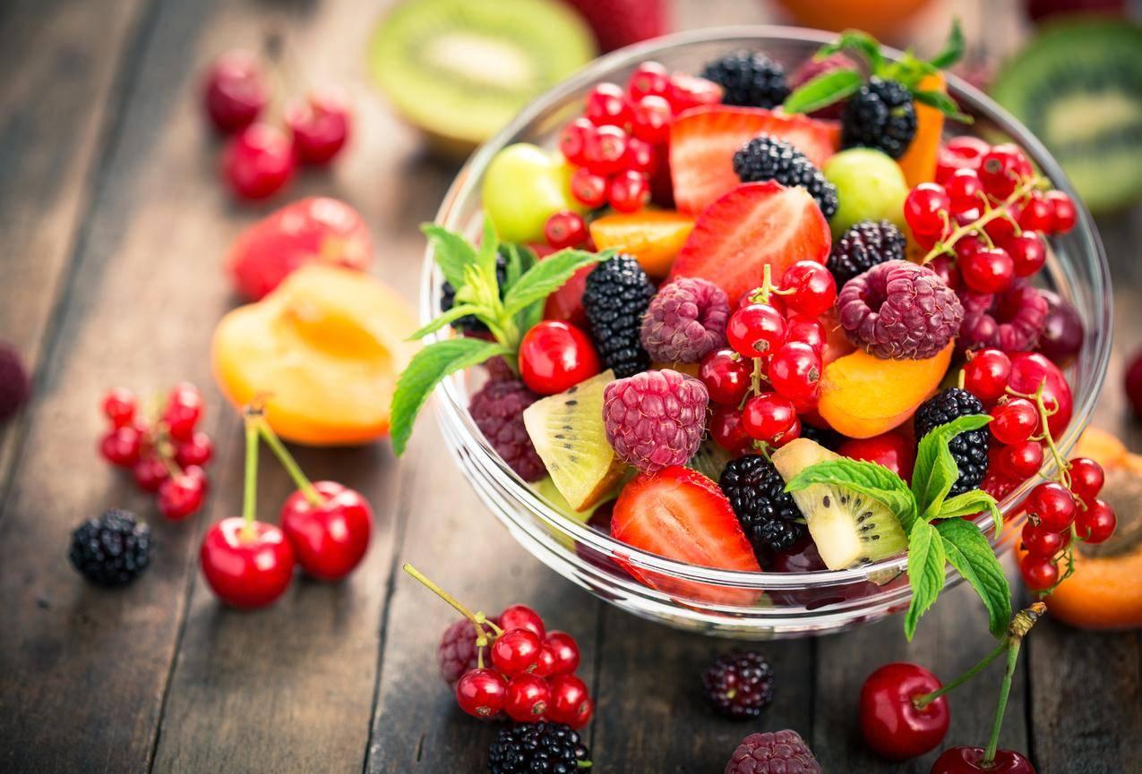 草莓,黑莓,樱桃,桃子,覆盆子,树莓,葡萄干,猕猴桃,水果5K壁纸